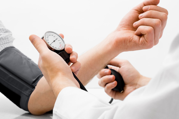 kiểm tra huyết áp để biết bệnh thận