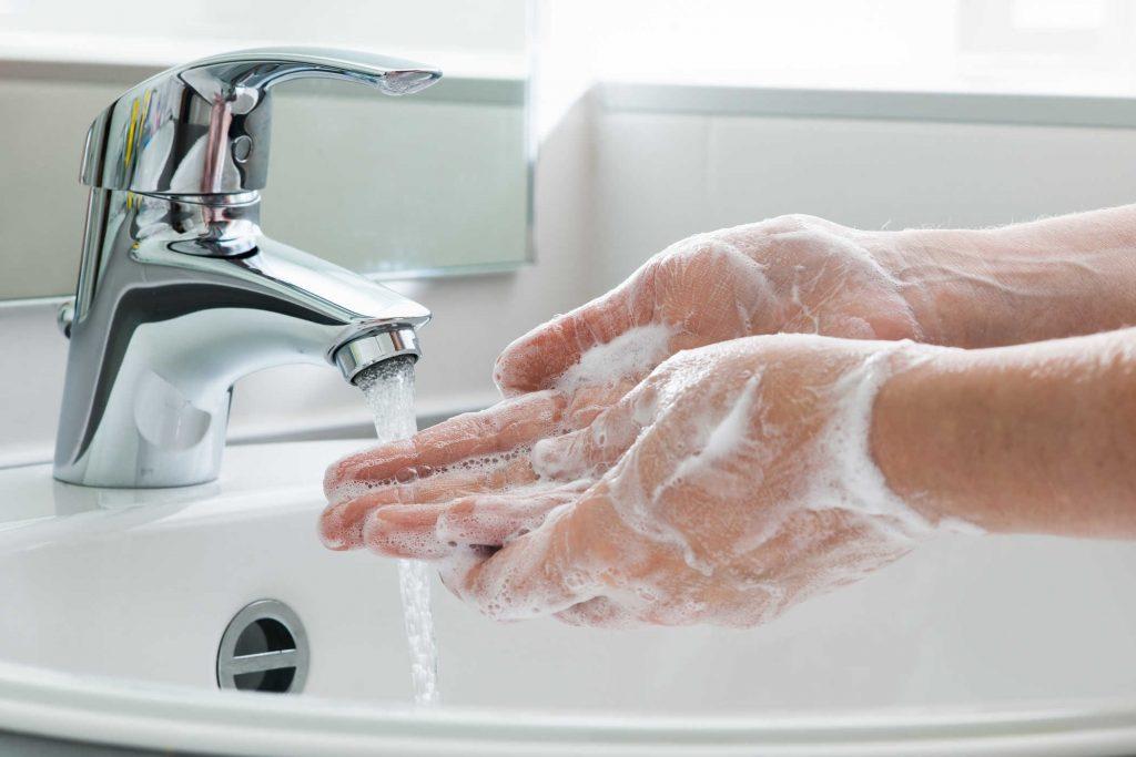 Rửa sạch tay bằng xà phòng