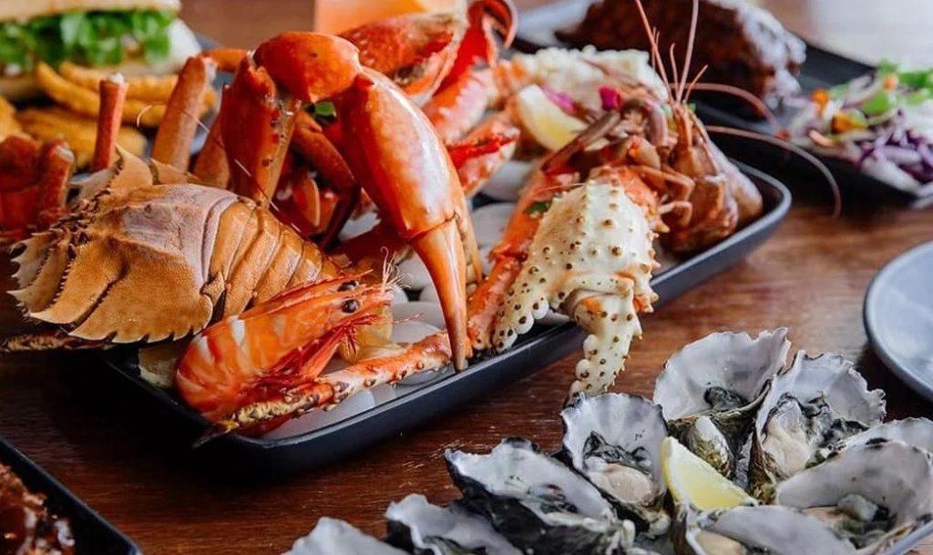 Hải sản, đặc biệt là hải sản có vỏ cứng rất giàu purin, có thể gây cơn gút cấp
